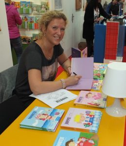 Annemarie signeert een boek